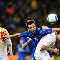 """Spain's defender Cesar Azpilicueta Tanco (R) fights for the ball with Italy's midfielder Marco Parolo during the friendly football match between Italy and Spain at """"Friuli-Dacia Arena"""" Stadium in Udine on March 24, 2016. / AFP PHOTO / GIUSEPPE CACACE"""
